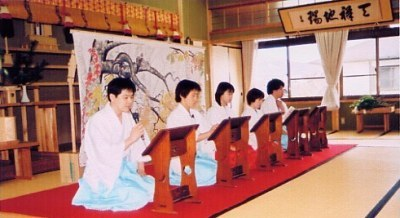 Youth worshippers reading aloud the Monogatari at the Aizenen's altar