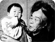 赤子をあやす王仁三郎